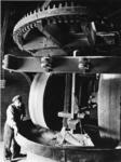1968-2480 Het malen van specerijen in de molen 'De Ster' aan de Plaszoom.