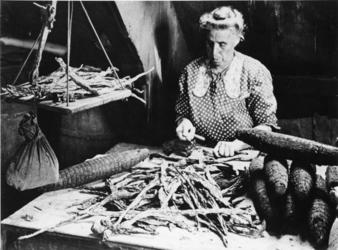 1968-2481 Strippen van tabaksbladeren in de molen 'De Ster' aan de Plaszoom.
