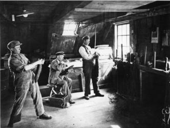 1968-2482 Maken van carotten in de molen 'De Ster' aan de Plaszoom.