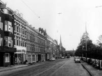 1968-2648 Gezicht op de Honingerdijk. Achtergrond de toren van de Sint-Lambertuskerk.