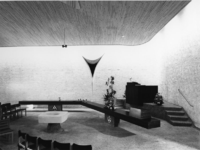 1968-2816 De kansel, de avondmaaltafel en het doopvont van de Nederlandse Hervormde Immanuelkerk aan de Berlagestraat.