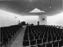 1968-2833 De kerkzaal en de kansel van de Nederlandse Hervormde Immanuelkerk aan de Berlagestraat.
