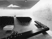 1968-2835 De achterkant van de kerkzaal in de Nederlandse Hervormde Immanuelkerk aan de Berlagestraat.