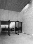 1968-2837 De deuren van de garderoberuimte in de Nederlandse Hervormde Immanuelkerk aan de Berlagestraat.