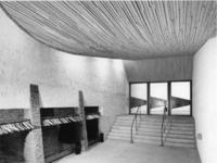 1968-2838 De garderoberuimte in de Nederlandse Hervormde Immanuelkerk aan de Berlagestraat.