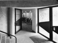 1968-2839 De ingang naar de kleine zaal in de Nederlandse Hervormde Immanuelkerk aan de Berlagestraat.