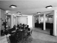 1968-2840 De kleine zaal met bar in de Nederlandse Hervormde Immanuelkerk aan de Berlagestraat.