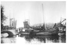 1968-3060 Gezicht op de Delfshavense Schie met links de geopende Hogebrug.