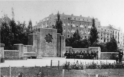 1968-3202 Spiekman monument in het P.C. Hooftplein, uit het noordoosten.