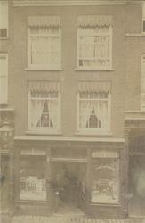 1968-639 Drogisterij de Ruyter aan de Hoogstraat.Voor het raam de moeder de Ruyter en in de deuropening de zoon (en een ...