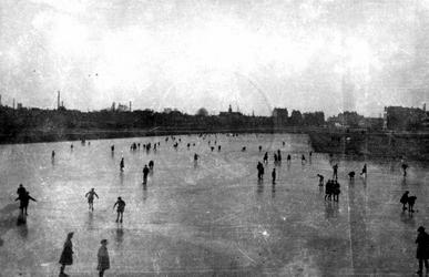 1968-692 Schaatsers op de Coolhaven. Op de achtergrond de Delfshaven.