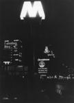 1968-916 Reclame op gebouwen aan de Schiedamse Vest, bij avond.Op de voorgrond de ingang tot metrostation Beurs met ...