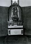 1968-928 Een altaar in het noordelijk transept van de Sint-Barbara kerk aan de Crooswijkseweg.