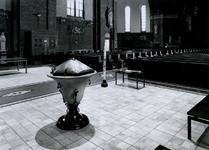 1968-929 Het doopvont in de Sint-Barbara kerk aan de Crooswijkseweg.