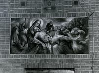 1968-932 De kruiswegstatie in de Sint-Barbara kerk aan de Crooswijkseweg.