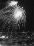 1968-963 Vuurwerk op de Sint Jacobsplaats ter gelegenheid van de viering van Koninginnedag.