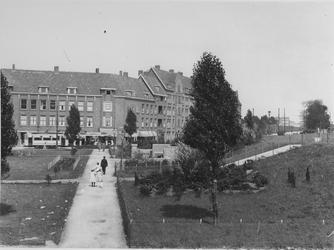 1968-980 Gezicht op het P.C. Hooftplein met het Spiekmanmounment.
