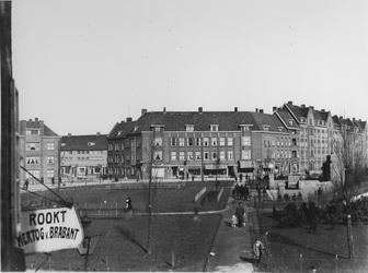 1968-981 Gezicht op het P.C. Hooftplein met rechts het Spiekmanmonument. Op de achtergrond links de Multatulistraat.