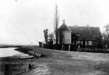 1969-1455 Gezicht op de hofstede Essenburg aan de Beukelsdijk met op de voorgrond links de Henegouwerlaan, rechts de ...