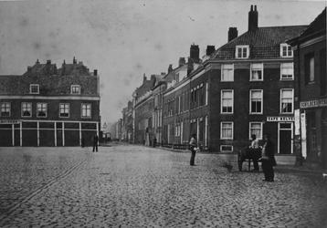 1969-1595 Het Van Hogendorpsplein met links stalhouderij Van der Kuylen, rechts daarvan de Baan.