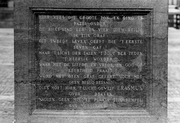 1969-1812-TM-1818 Standbeeld van Erasmus met opschriften, op de Sint-Laurensplaats.Van boven naar beneden ...