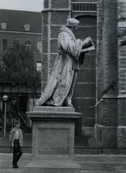1969-1819 Standbeeld van Erasmus op de Sint-Laurensplaats, rechts een deel van de Sint-Laurenskerk.Op de achtergrond ...