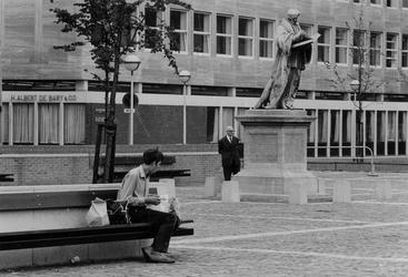 1969-1820 Standbeeld van Erasmus op de Sint-Laurensplaats.