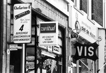 1969-1883 Uithangborden van de winkels, Schietbaanstraat 50 t/m 52.