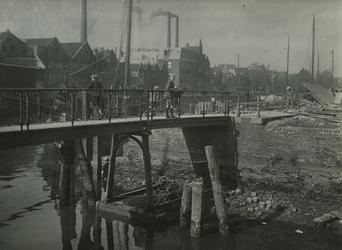 1969-259 De Buisbrug over de toegang tot de Buizenwaal. Op de achtergrond de Achterhaven.
