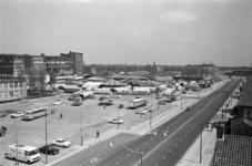 1969-2864 Kermis op het terrrein van de Veemarkt langs de Boezemsingel. Op de voorgrond de Warande.