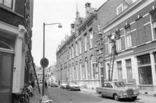 1969-2908 Gezicht in de Gaffeldwarsstraat gezien vanaf Gouvernestraat links. Op de achtergrond de Gaffelstraat.