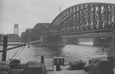 1969-332 De Nieuwe Maas met de spoorbrug en de Willemsbrug, gezien vanaf het Bolwerk. Aan de overzijde de Maaskade op ...