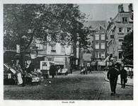 1969-457 De Grotemarkt, gezien in de richting van de Wijde Marktsteeg, op de achtergrond de Sint-Laurenskerk.