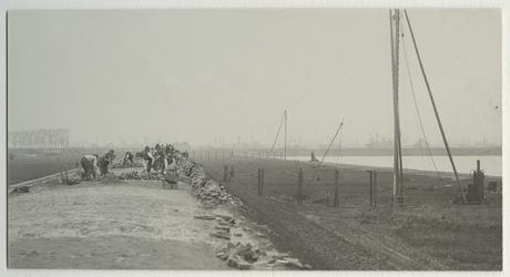 1970-1213 Straatmakers bezig aan de nieuwe dijk, die gedurende enige tijd heeft gelopen ter hoogte van latere pier 2 , ...