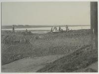 1970-1214 Op de voorgrond de Sluisjesdijk, op de achtergrond de aanleg van de Waalhaven. Uit het noordoosten gezien.