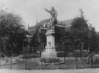 1970-1510-24 Het standbeeld van Piet Heyn op het Piet Heynsplein.