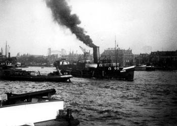 1970-1733 De Nieuwe Maas, de Maaskade op het Noordereiland en op de achtergrond links de hefspoorbrug over de ...