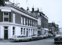 1970-1907 De noordzijde in de Dirk Smitsstraat, vanaf de Rottekade. Linkerzijde woningen, op de hoek een verzekeringskantoor.