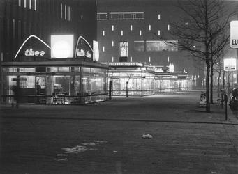 1970-2090 De Coolsingel bij avond met links de AMRO-Bank en op de achtergrond warenhuis de Bijenkorf.