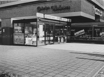 1970-2508 Warenhuis Galeries Modernes tijdens opheffingsuitverkoop aan de Hoogstraat, gezien vanaf de Vlasmarkt.