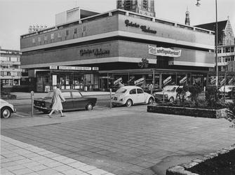 1970-2509 Warenhuis Galeries Modernes, tijdens opheffingsuitverkoop, aan de Hoogstraat, gezien vanaf de Vlasmarkt.Op de ...