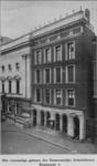 1970-252 Het voormalig gebouw van de Gemeentelijke Arbeidsbeurs aan de Kaasmarkt, links het stadhuis.