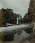 1970-325 Ypenhof met rij en voetgangersbrug aan de 's-Gravenweg.