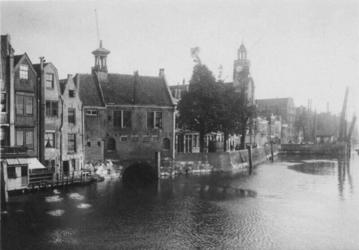 1970-348 Gezicht op de Aelbrechtskolk met links het zakkendragershuisje en rechts de Oude Kerk.