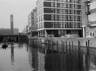 1970-672 De Delftsevaart, rechts de omgeving van de 1e t/m de 4e Westewagenhof.Op de achtergrond de Vlasmarkt, verderop ...