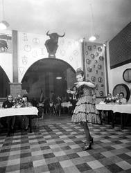 1970-909 Interieur van centrum Hogar Espagnol voor Spaanse gastarbeiders in de Eendrachtsstraat.