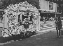 1971-1229 Gezicht op de kruising Aert van Nesstraat - Lijnbaan met op de voorgrond een draaiorgel.