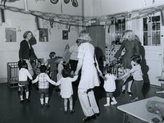 1971-1333 Créche Susanna , een drie weken oud kinderparadijs in een oude school, aan de Goudse Rijweg nr. 135.
