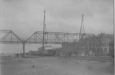 1971-1608 Loopbrug in aanbouw over het spoorwegemplacement aan de Vierhavenstraat. Rechts de Hudsonstraat.