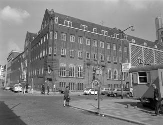 1971-1919 Het r.k. Instituut Sint Lucia aan de Aert van Nesstraat bij de Lijnbaan, bij de hoek met de Hennekijnstraat.